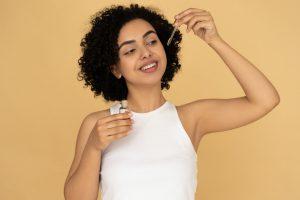 huile-essentielle-menthe-poivree-cheveux-crepus-gras-pousse